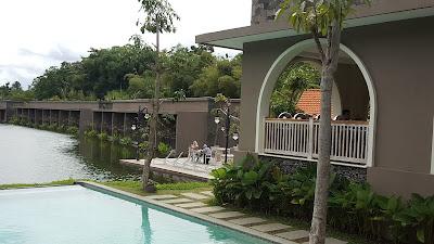 Danau di Westlake Resort seluas mata memandang dari tempat kami bersantap