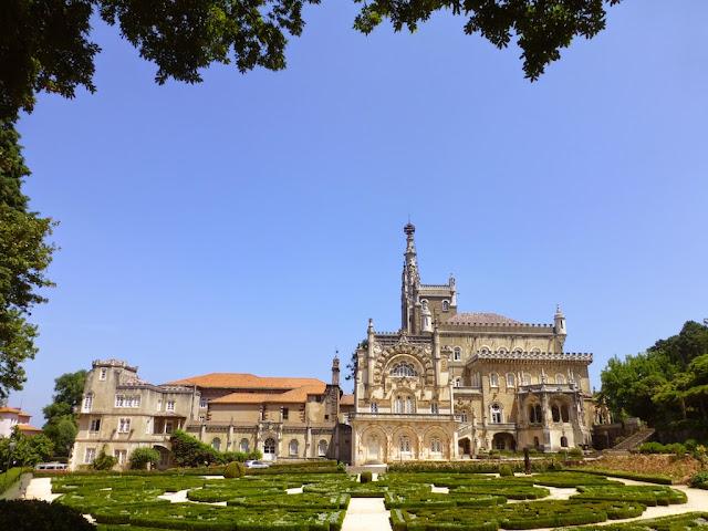 Hotel Palace e Iglesia en la Mata do Buçaco, Portugal