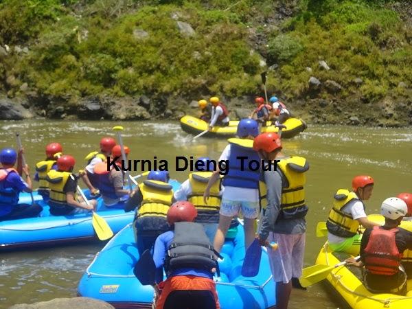 foto wisatawan rafting