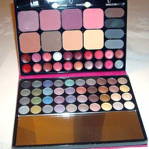 paleta de maquillaje con sombras de ojos, gloss, colorete y polvos