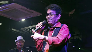 Eddy Silitonga Bernyanyi