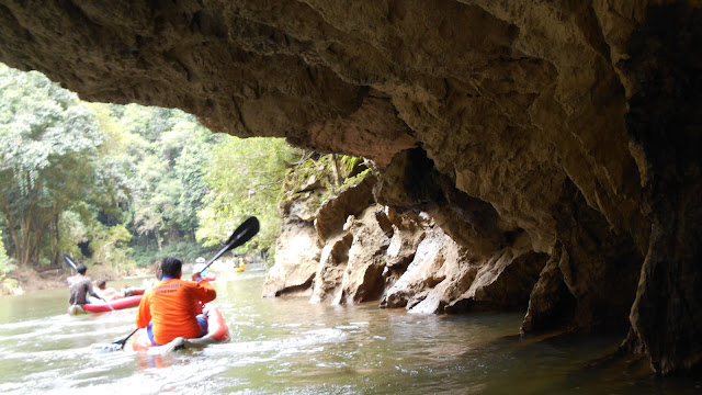 нависающие над водой скалы