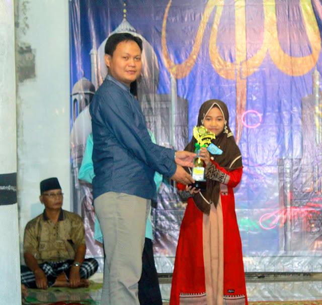 Penyerahan piala juara 1 lomba MHQ Festival Ramadhan Rumah Pelangi Bekasi