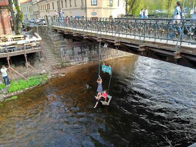 columpio puente republica uzupis