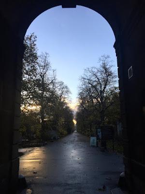 Eingang zum Brompton Cemetery, der nicht nur zum Spazieren, sondern auch zum Laufen sehr empfehlenswert ist © diekremserin on the go