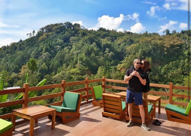 FOTO: Pertama Kali ke Toraja, Artis Okan Cornelius Pamer Foto di Tongkonan Bersama Istrinya