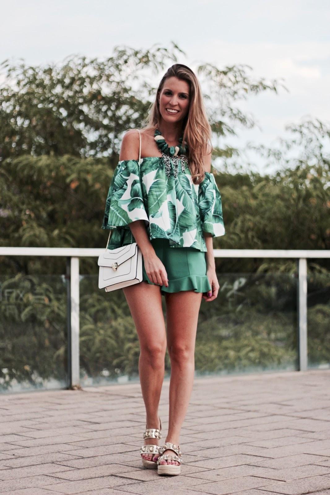 shorts con volantes verdes