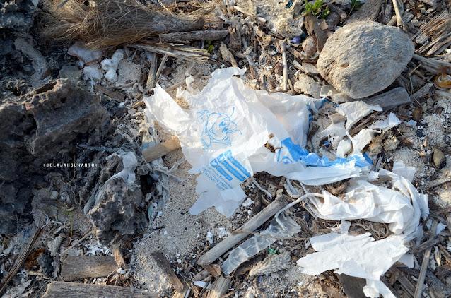 Sampah di pantai Lemo-Lemo, kalau tidak membersihkan jangan mengotori