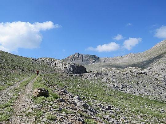 Przełęcz jest zaraz za widocznymi skałkami przy drodze.