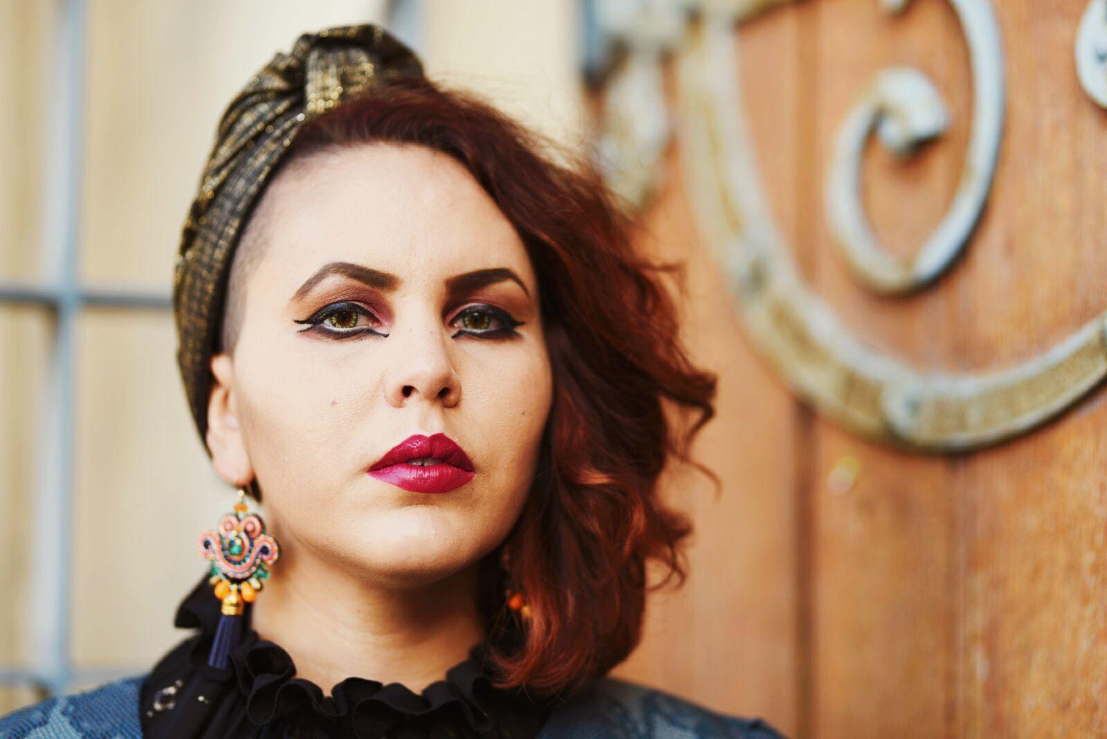 Turban lamé et maquillage gothique