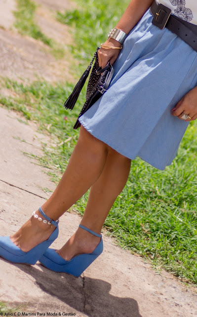 Saia jeans evasê + cropped floral