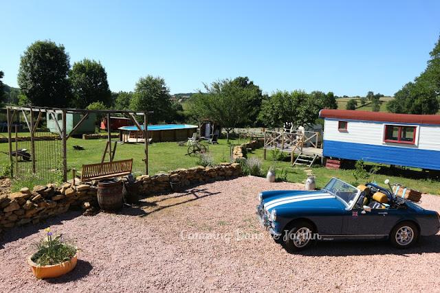 pipowagen huren, frankrijk vakantie in een MG Midget auto op camping, pipowagen, slapen in een pipowagen, op vakantie in een pipowagen