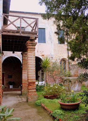Patio de la Iglesia de Sta. Caterina en Mazzorbo, laguna de Venecia