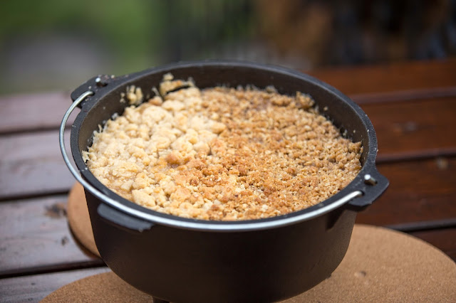 apple-crumble dutch-oven outdoor kitchen  06