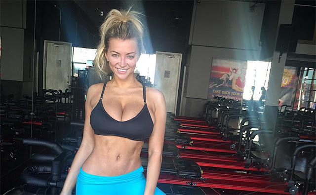 Lindsey-Pelas-abs-in-gym