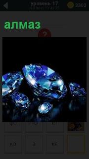 Драгоценный камень алмаз лежит на столе и сверкает всеми цветами на темной поверхности стола