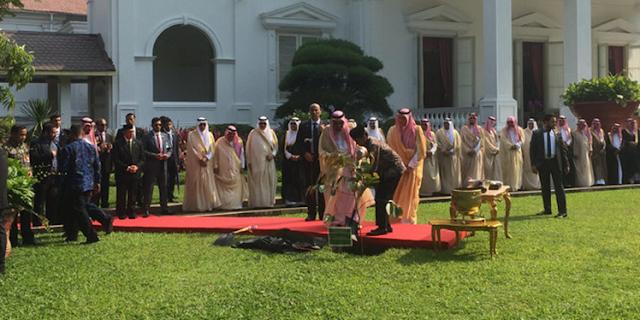 Raja Salman Tanam Pohon Kayu Besi di Istana Kepresidenan Jakarta