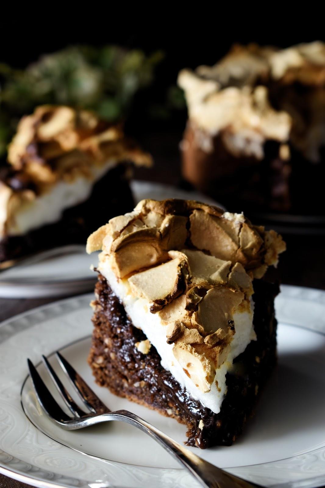 Torta al cacao e nocciole meringata