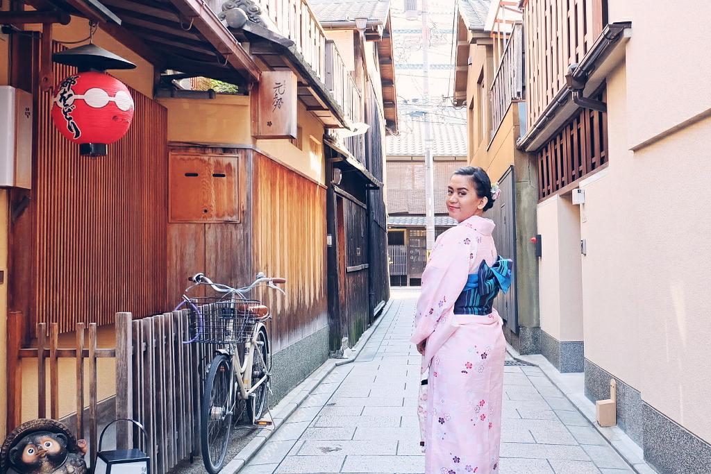 wearing kimono in gion kyoto