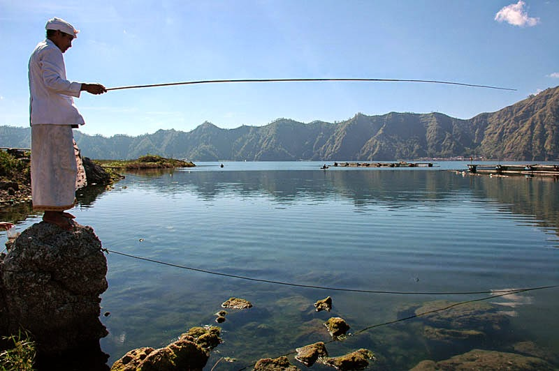 memancing di danau batur