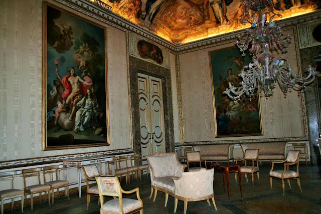 tele, quadri, porte, poltrone antiche, lampadario antico