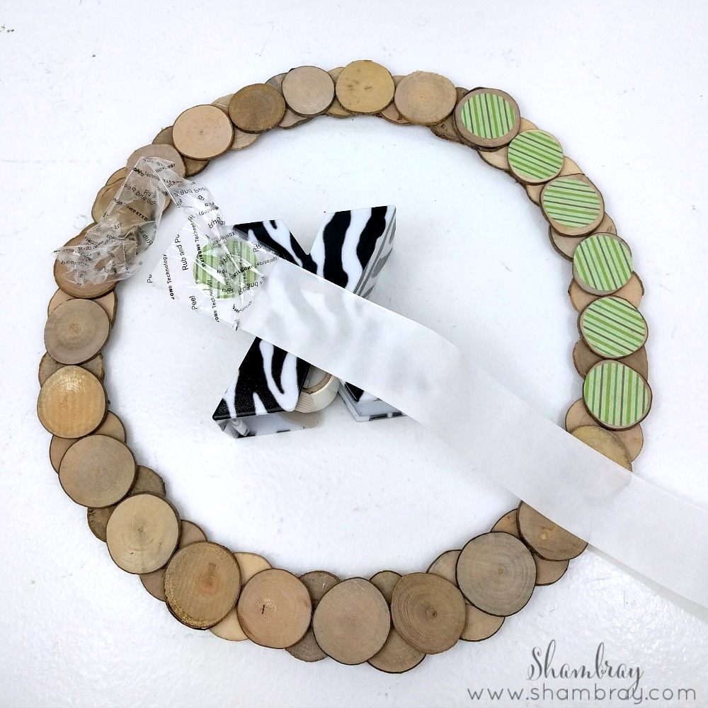 Shambray wood slice crafts st patrick 39 s day wreath and for Wood circles for crafts