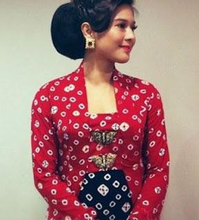 Baju Kebaya Kutubaru Artis Dian Satrowardoyo Warna Merah Terang Putih Hitam