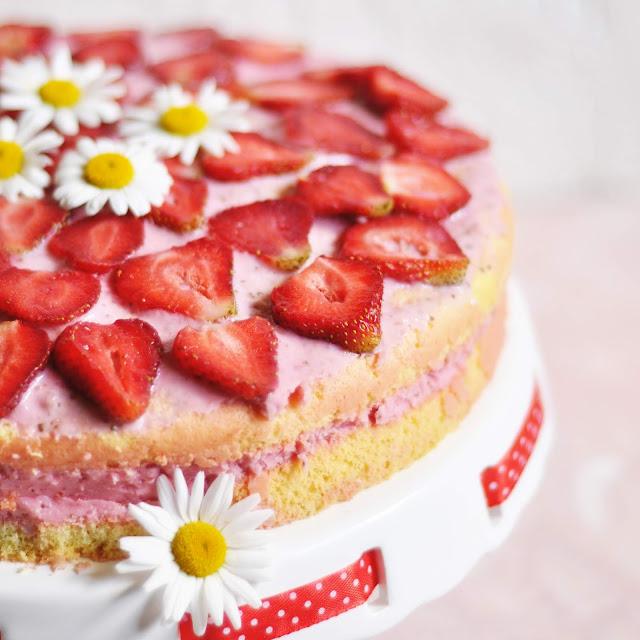Dietetyczne ciasto biszkoptowe z masą truskawkowo-jogurtową