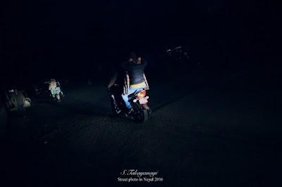 ルンビニの小さな町は明かりが少なく暗い