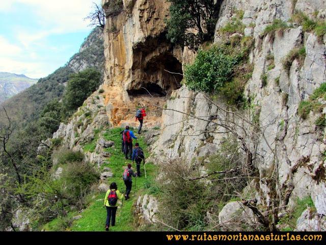 Ruta al Pico Gorrión: Entrando en Cueva Furada