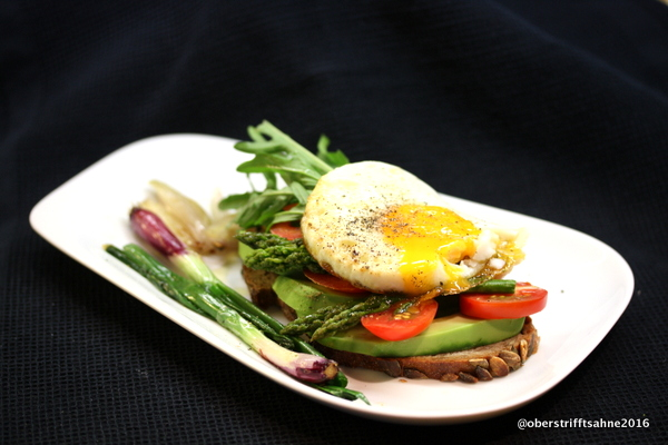 Brot mot Avocado, Spargel, Tomaten und Ei