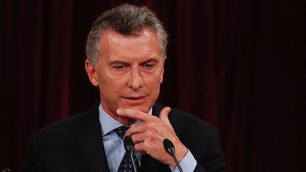 Macri pide no aflojar entre tarifazos e inflación en Argentina