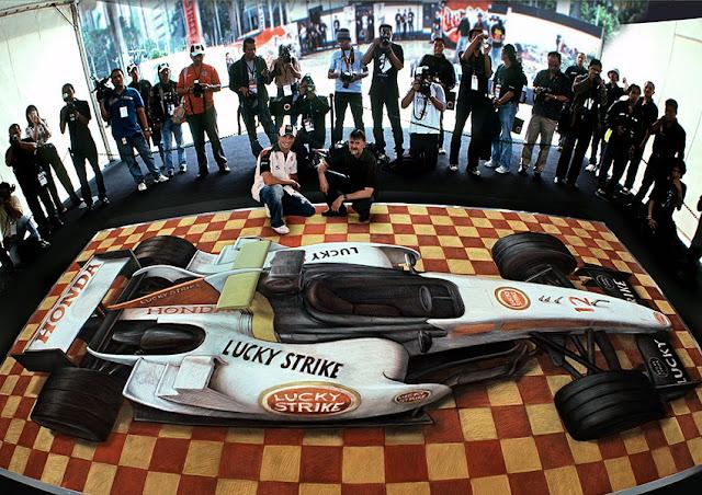 Bir Formula 1 yarış aracı gösteren kaldırım sanatı resmi