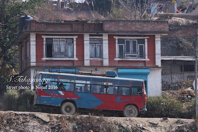 ナイキっぽいネパールのバスが走る