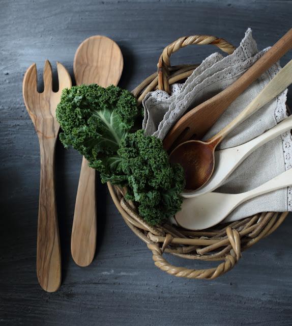 puuhaarukka, puiset salaattiottimet, puukapusta, still-kuva, asetelma