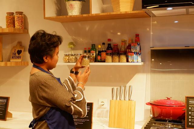 kelas memasak di dapur unik untuk komunitas