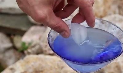 Απίστευτο κόλπο! Δείτε πώς να κάνετε άμεσα το νερό πάγο! (Βίντεο)