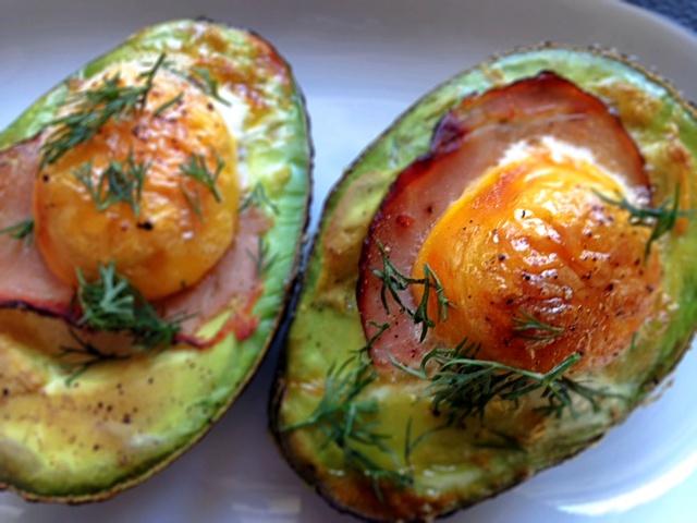 Avocado faszerowane zapiekane z jajkiem