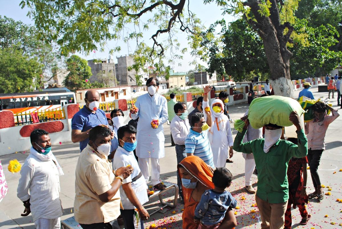 Jhabua Samachar- गुजरात के जुनागढ़ से मेघनगर पहुंचे मजदूरों को बसों से गन्तव्य स्थल रवाना किया