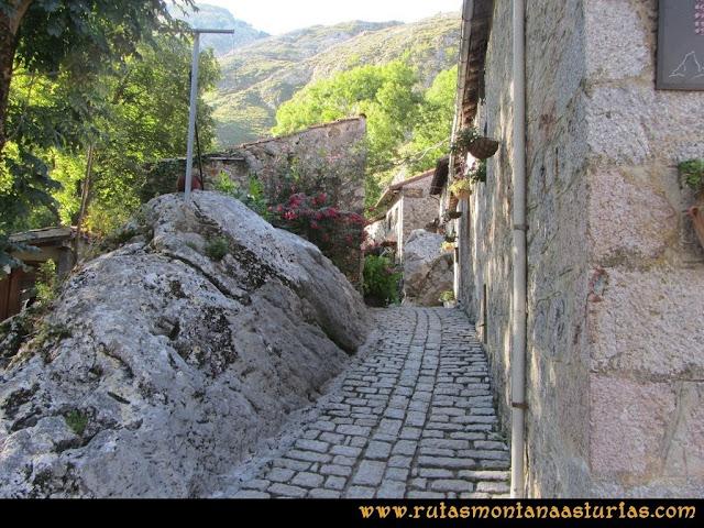 Ruta Poncebos a Cabrones por Camburero y Urriellu: Calle de Bulnes