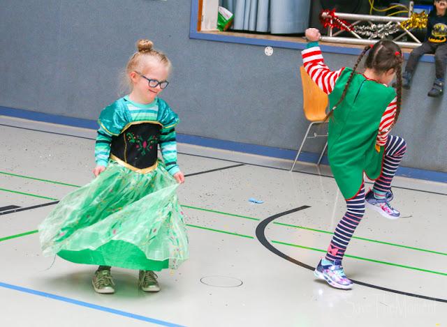 Jolina und Sontje, Freundinnen mit Down Syndrom beim Fasching