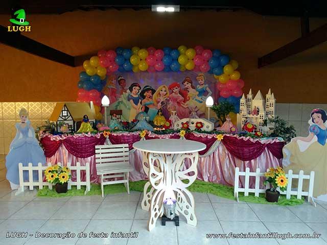 Decoração festa de aniversário Princesas Disney - Mesa Tradicional forrada com toalhas de tecido