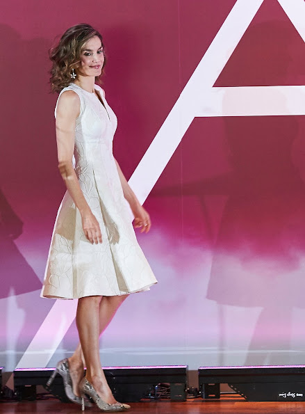 Queen Letizia of Spain attends award ceremony of the 25th edition of FEDEPE, Queen wore Hugo Boss dress, Malababa clutch, tous jewelers earrings, Magrit snakers pumps