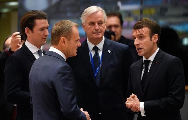 Emmanuel Macron aux côtés du négociateur en chef de l'UE Michel Barnier, du chancelier fédéral d'Autriche Sebastian Kurtz et du président du conseil européen Donald Tusk — JOHN THYS / AFP