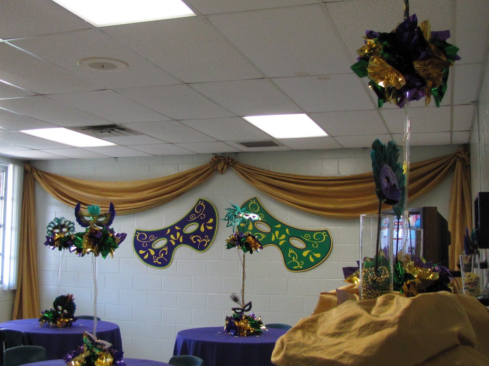Cute Mardi Gras Decorations for Your Front Door | Doors of ... |Mardi Gras Arch Decorations