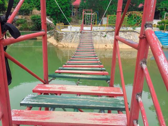 Cầu gỗ hoành tráng bắc qua những hồ nước trong khu sinh thái