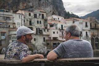 doi oameni care discută - foto de Daniel Fazio - unsplash.com