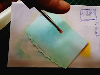 sfumare il distress ink per ottenere un effetto acquerellato