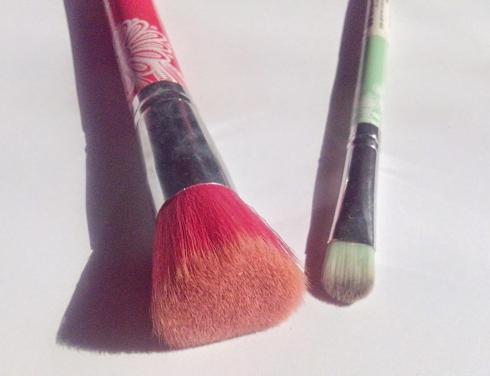 essence-bloom-me-up-blush-brush-eyeshadow-brush-picture