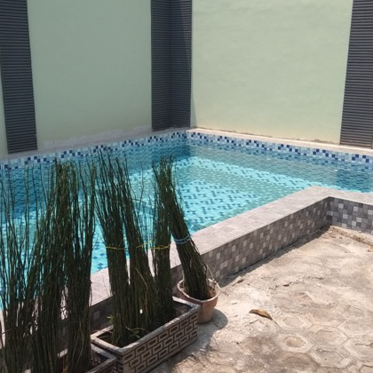 Pengerjaan proyek kolam renang di Graha Tirta Kota Surabaya